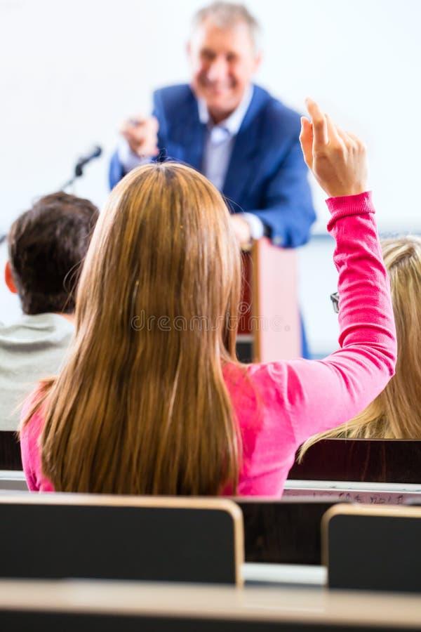 Καθηγητής κολλεγίου που δίνει τη διάλεξη για τους σπουδαστές στοκ φωτογραφία με δικαίωμα ελεύθερης χρήσης