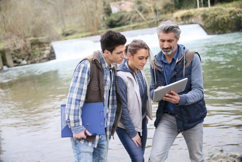 Καθηγητής με τους σπουδαστές της βιολογίας υπαίθρια στοκ εικόνα με δικαίωμα ελεύθερης χρήσης