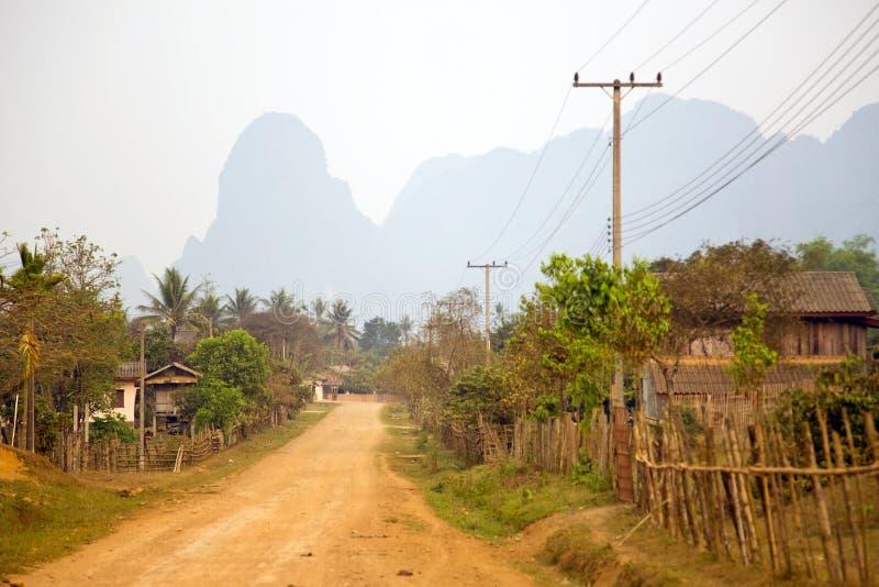 Καθημερινή ζωή του χωριού Vang Vieng με τα βουνά ασβεστόλιθων, Λάος στοκ φωτογραφία