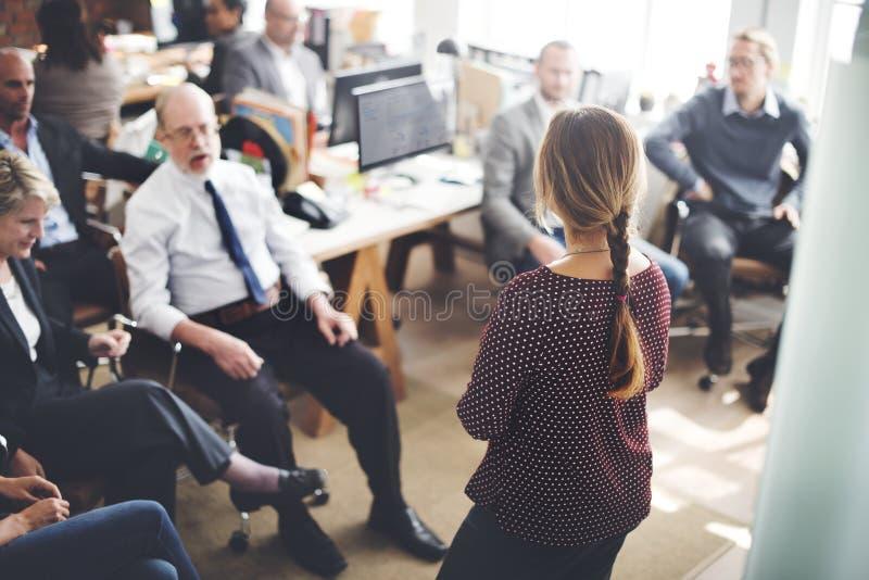 Καθημερινή ζωή των επιχειρηματιών στο γραφείο στοκ εικόνες