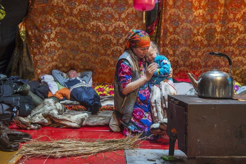 Καθημερινή ζωή των ρωσικών αυτοωμόνων herders ταράνδων στην Αρκτική στοκ εικόνα
