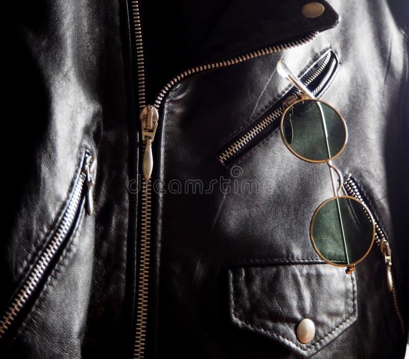 Καθιερώνοντα τη μόδα εκλεκτής ποιότητας γυαλιά ηλίου κύκλων σε μια τσέπη ενός στερεωμένου σακακιού στοκ εικόνες