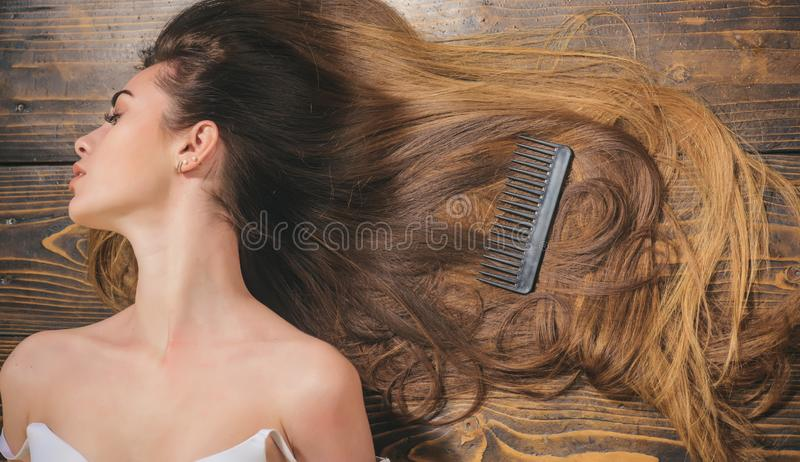 Καθιερώνοντα τη μόδα κουρέματα Κομμωτήριο ομορφιάς Γυναίκα με όμορφο μακρυμάλλη στο ξύλινο υπόβαθρο Μακρυμάλλης στοκ φωτογραφίες με δικαίωμα ελεύθερης χρήσης