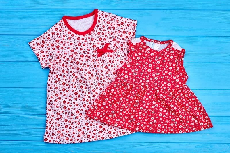 Καθιερώνοντα τη μόδα φορέματα βαμβακιού για τα παιδιά στοκ εικόνα με δικαίωμα ελεύθερης χρήσης