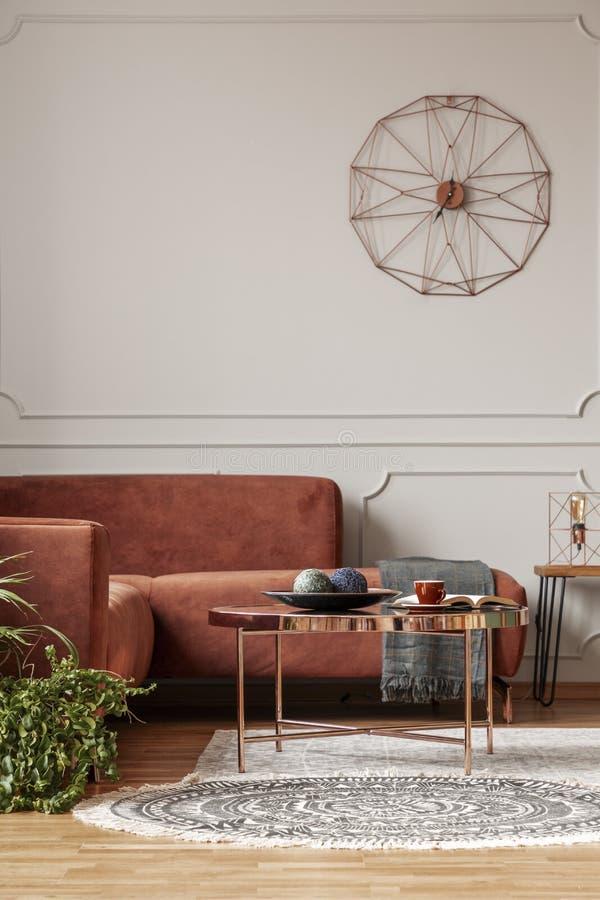 Καθιερώνον τη μόδα εσωτερικό καθιστικών με τον καφετή καναπέ γωνιών στοκ εικόνες με δικαίωμα ελεύθερης χρήσης
