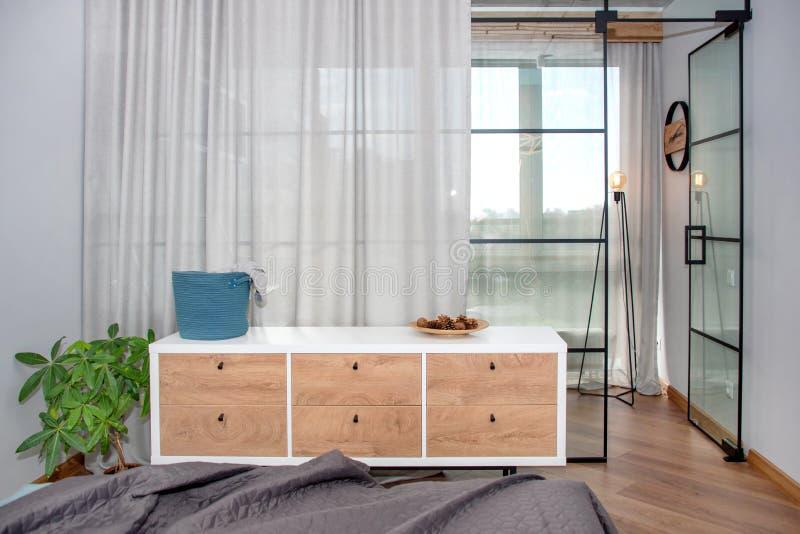 Καθιερώνον τη μόδα σύγχρονο σχέδιο με το χώρισμα γυαλιού, μινιμαλιστικό σύγχρονο εσωτερικό κρεβατοκάμαρων στοκ εικόνα