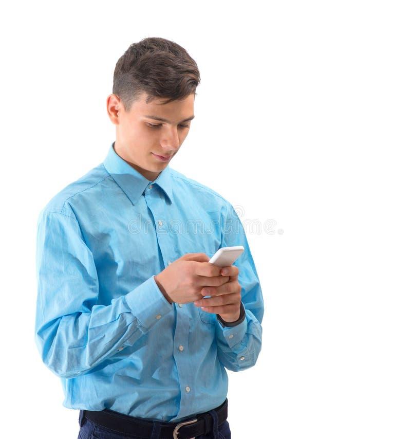 Καθιερώνον τη μόδα αγοριών εφήβων στο άσπρο smartphone που απομονώνεται στο λευκό στοκ φωτογραφία με δικαίωμα ελεύθερης χρήσης