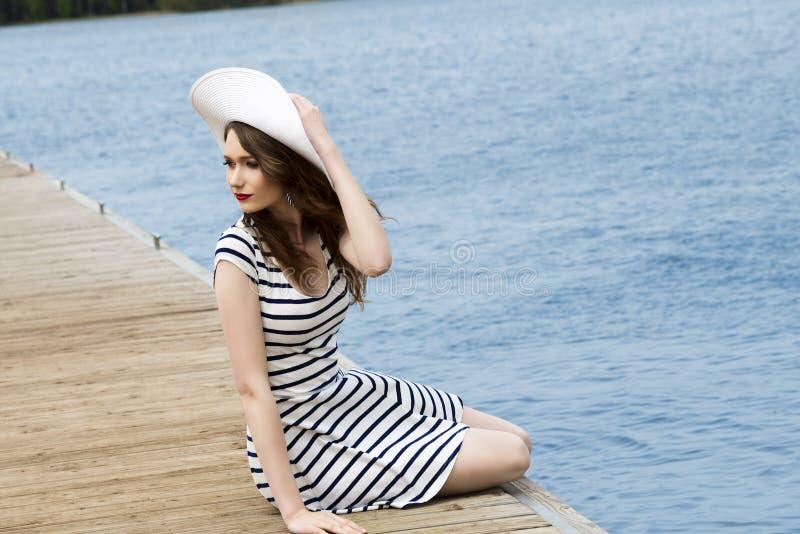 Καθιερώνον τη μόδα κορίτσι κοντά στην μπλε θάλασσα στοκ εικόνα με δικαίωμα ελεύθερης χρήσης