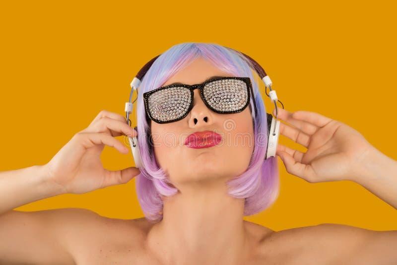 Καθιερώνουσα τη μόδα γοητευτική γυναίκα στα ακουστικά στοκ φωτογραφία με δικαίωμα ελεύθερης χρήσης