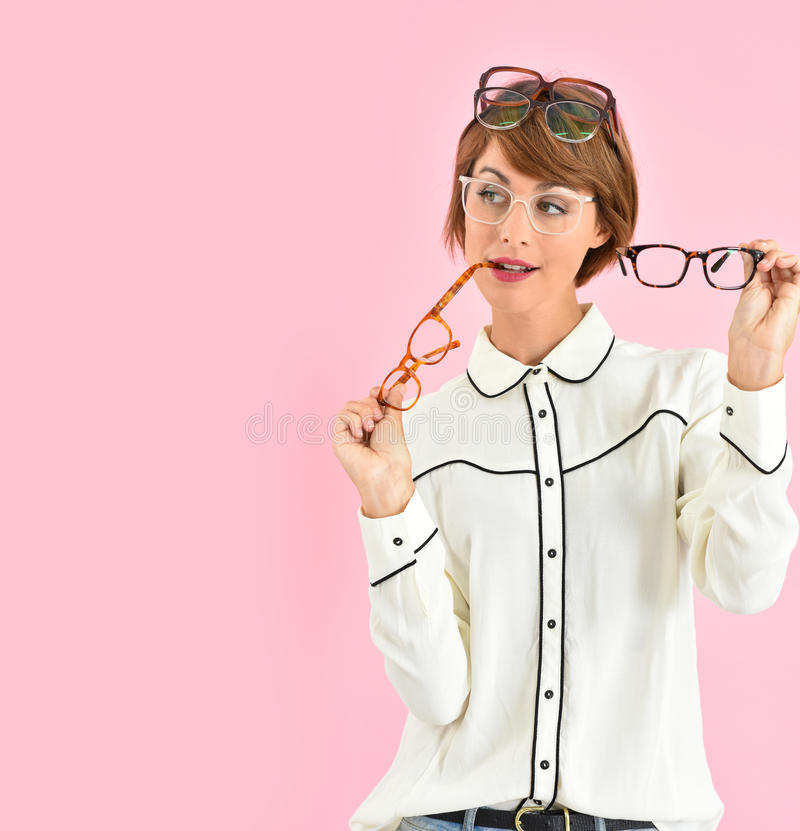 Καθιερώνουσα τη μόδα γυναίκα με την αφθονία eyeglasses στοκ φωτογραφία με δικαίωμα ελεύθερης χρήσης