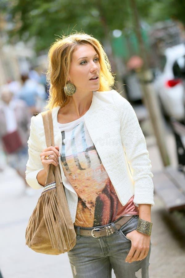 Καθιερώνουσα τη μόδα γυναίκα που περπατά στην πόλη στοκ φωτογραφίες με δικαίωμα ελεύθερης χρήσης