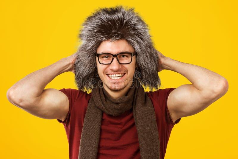 Καθιερώνων τη μόδα τύπος στο γούνινο καπέλο στοκ εικόνα