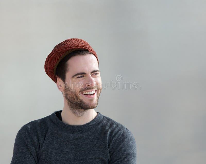 Καθιερώνων τη μόδα τύπος με το γέλιο καπέλων στοκ εικόνα