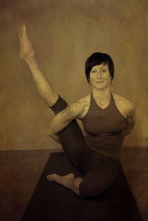 καθισμένη γιόγκα γυναικών στοκ εικόνες με δικαίωμα ελεύθερης χρήσης