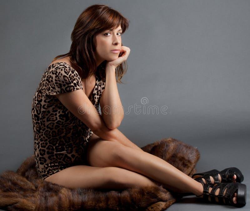 Καθισμένη γυναίκα στη γούνα στοκ εικόνα με δικαίωμα ελεύθερης χρήσης