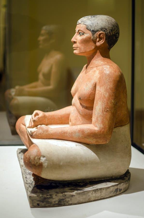 Καθισμένος γραφέας στο Λούβρο στοκ εικόνες με δικαίωμα ελεύθερης χρήσης