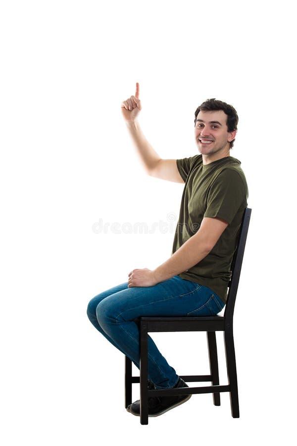 Καθισμένος τύπος που παρουσιάζει δάχτυλο στοκ φωτογραφία με δικαίωμα ελεύθερης χρήσης