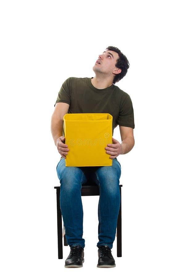 Καθισμένος τύπος που φαίνεται έκπληκτος στοκ φωτογραφία με δικαίωμα ελεύθερης χρήσης