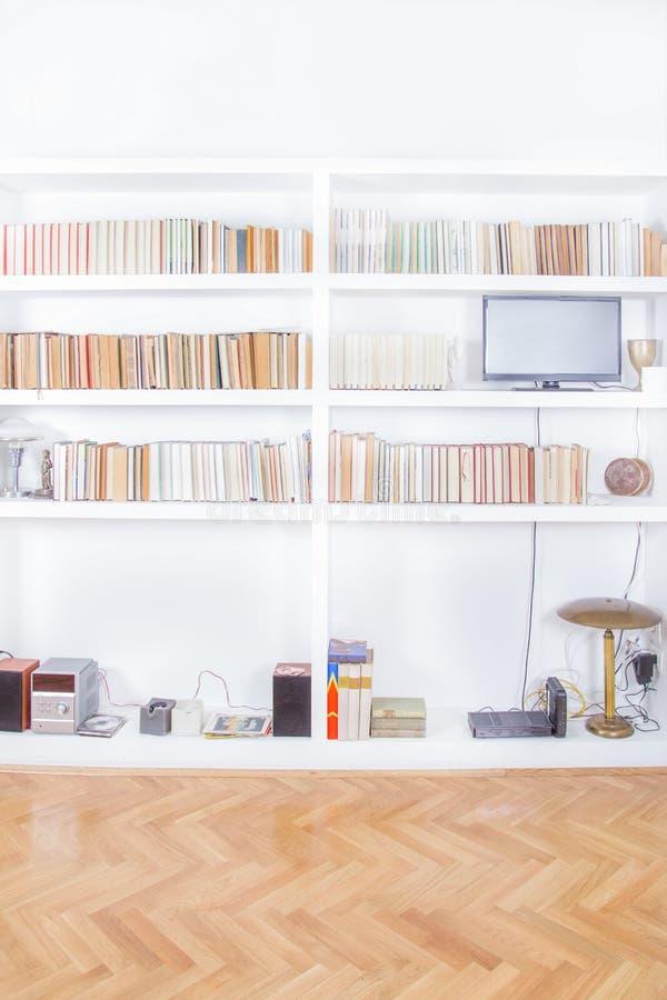 Καθιστικό με την απόδοση στάσεων και βιβλιοθηκών TV στοκ φωτογραφίες