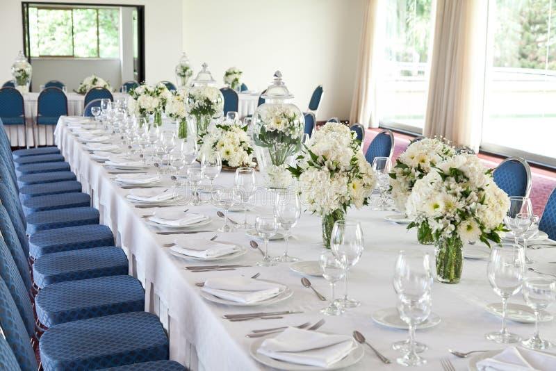 Καθιστικό που διακοσμείται με τα άσπρα λουλούδια για την υποδοχή στοκ φωτογραφία