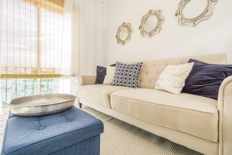 Καθιστικό σε ένα σύγχρονο, διαμέρισμα πολυτέλειας που φωτίζεται από το afterno στοκ φωτογραφία με δικαίωμα ελεύθερης χρήσης