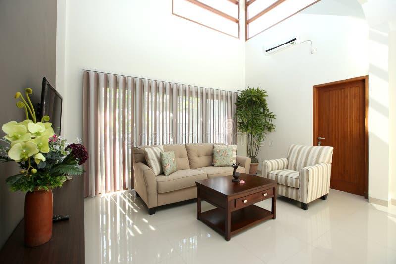Καθιστικό στο σύγχρονο σπίτι με τα σύγχρονα έπιπλα στοκ φωτογραφία με δικαίωμα ελεύθερης χρήσης