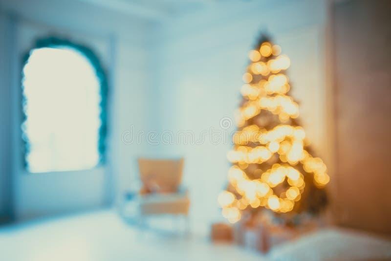 Καθιστικό υποβάθρου Defocused με το χριστουγεννιάτικο δέντρο Το όμορφο νέο έτος διακόσμησε το κλασικό εγχώριο εσωτερικό μπλε snow στοκ φωτογραφίες με δικαίωμα ελεύθερης χρήσης