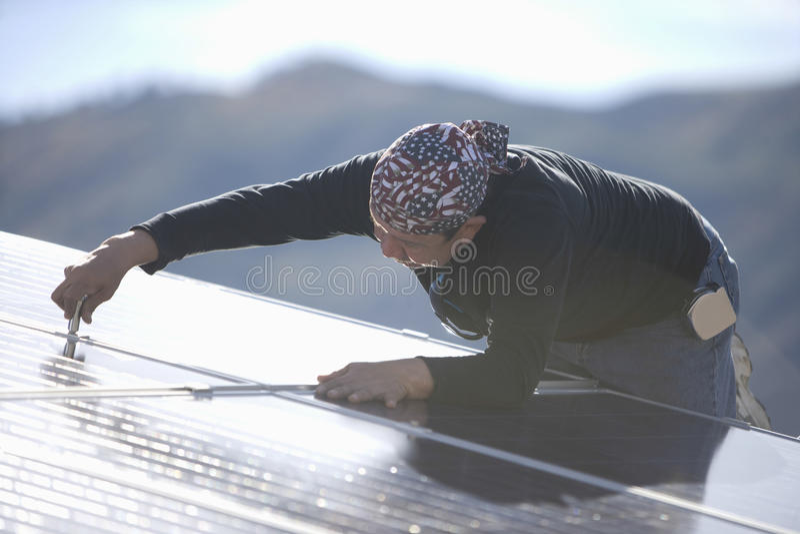 Καθορίζοντας ηλιακό πλαίσιο μηχανικών στη στέγη στοκ εικόνες