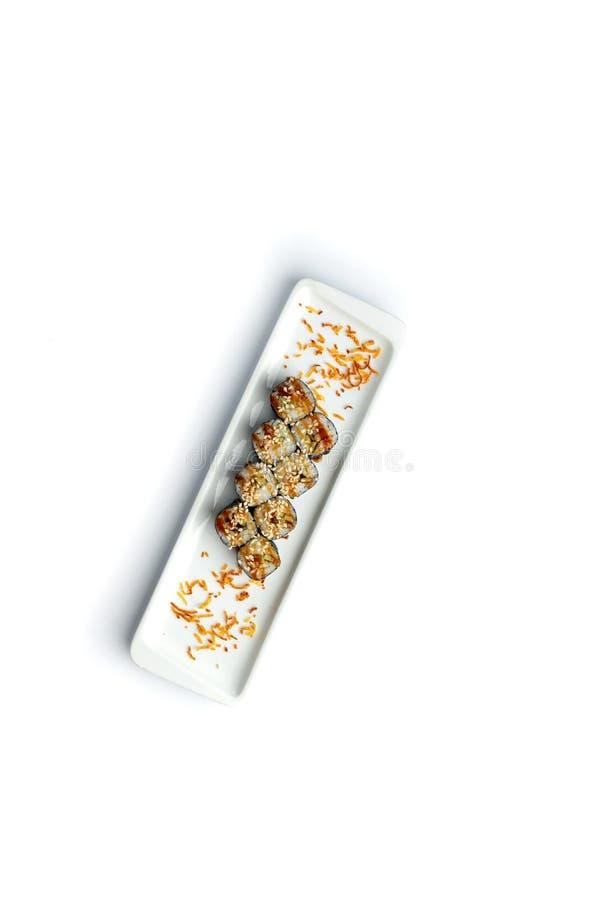 Καθορισμένα σούσια σε ένα ορθογώνιο πιάτο σε ένα απομονωμένο άσπρο υπόβαθρο στοκ εικόνες