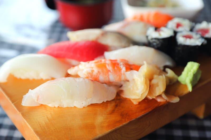 Καθορισμένα nigiri σουσιών και maki σουσιών στο ξύλινο πιάτο, ιαπωνικά τρόφιμα στοκ εικόνες με δικαίωμα ελεύθερης χρήσης