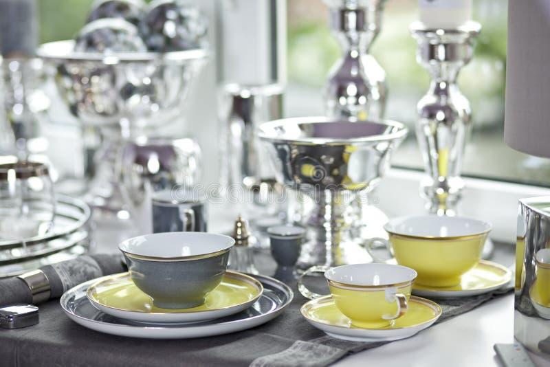 Καθορισμένη ακόμα ζωή πιάτων καφέ πολυτέλειας στοκ φωτογραφίες