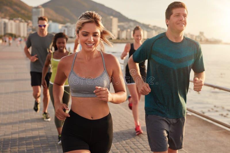 Καθορισμένη ομάδα νέων που τρέχουν στην πόλη στοκ εικόνες με δικαίωμα ελεύθερης χρήσης