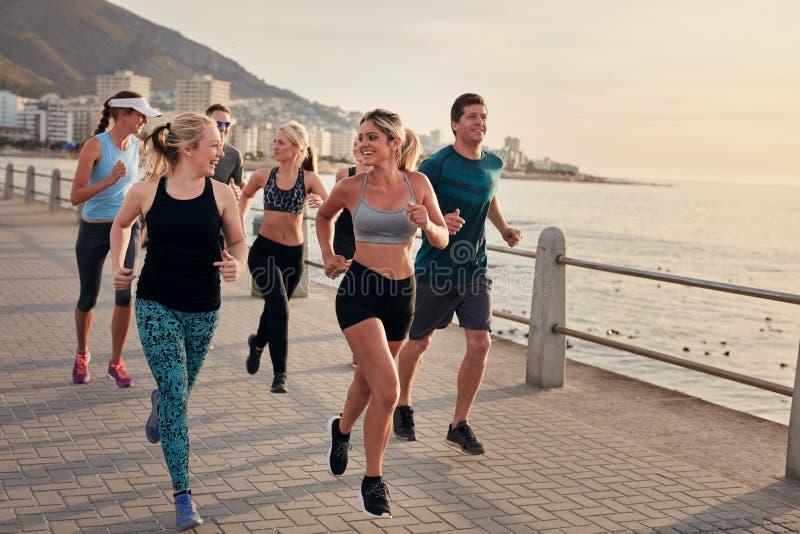 Καθορισμένη ομάδα νέων που τρέχουν στην πόλη στοκ εικόνα με δικαίωμα ελεύθερης χρήσης