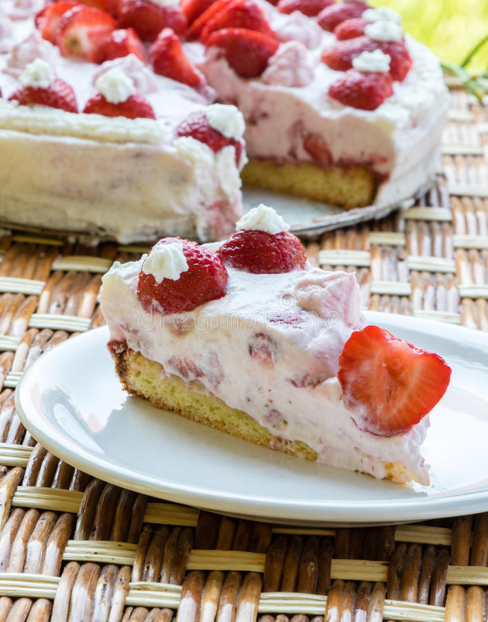 καθορισμένη φράουλα φλυτζανιών κρέμας καφέ κέικ στοκ εικόνα