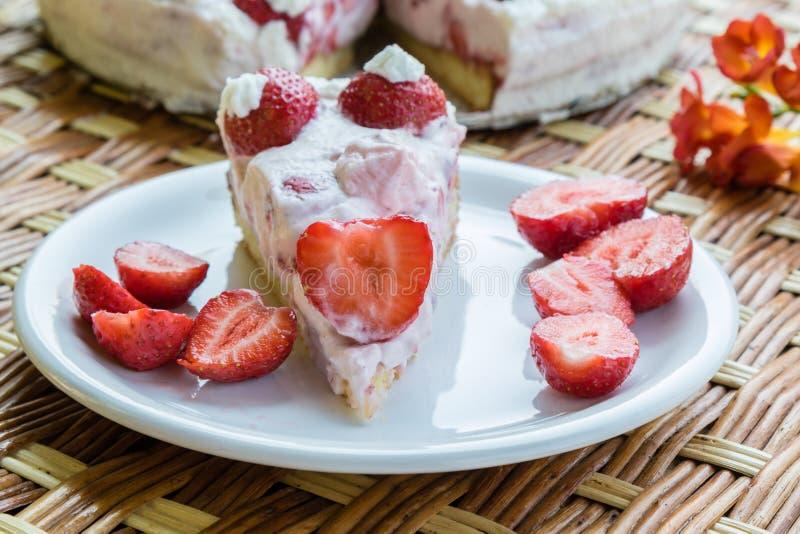 καθορισμένη φράουλα φλυτζανιών κρέμας καφέ κέικ στοκ φωτογραφίες με δικαίωμα ελεύθερης χρήσης