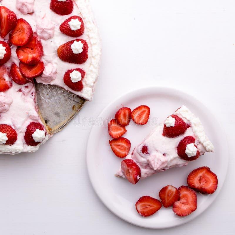 καθορισμένη φράουλα φλυτζανιών κρέμας καφέ κέικ στοκ εικόνες με δικαίωμα ελεύθερης χρήσης