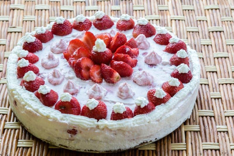 καθορισμένη φράουλα φλυτζανιών κρέμας καφέ κέικ στοκ φωτογραφίες