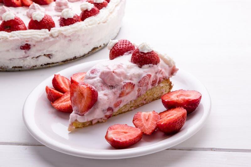 καθορισμένη φράουλα φλυτζανιών κρέμας καφέ κέικ στοκ φωτογραφία με δικαίωμα ελεύθερης χρήσης