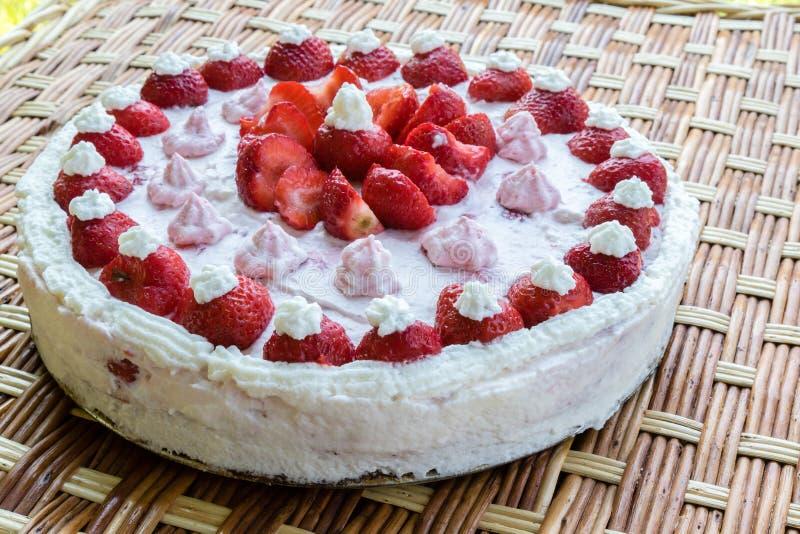 καθορισμένη φράουλα φλυτζανιών κρέμας καφέ κέικ στοκ εικόνα με δικαίωμα ελεύθερης χρήσης