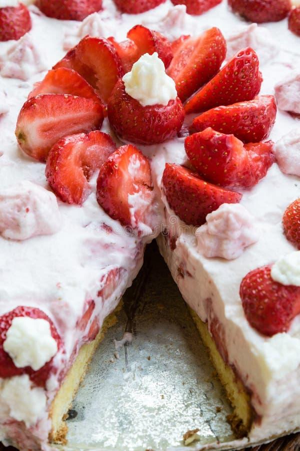 καθορισμένη φράουλα φλυτζανιών κρέμας καφέ κέικ στοκ εικόνες