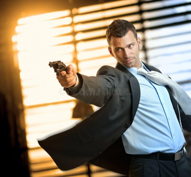 Καθορισμένος ήρωας δράσης που φορά το πυροβόλο όπλο εκμετάλλευσης κοστουμιών στοκ εικόνα με δικαίωμα ελεύθερης χρήσης