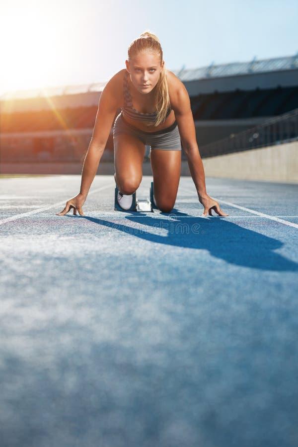 Καθορισμένος sprinter στον αρχικό φραγμό στοκ φωτογραφία