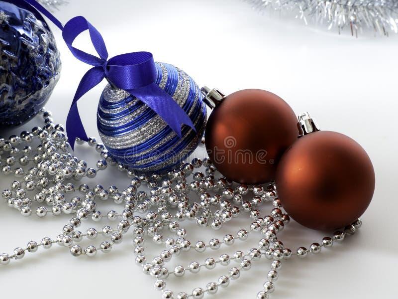 Καθορισμένο μπιχλιμπίδι Χριστουγέννων με την κορδέλλα στο λευκό στοκ εικόνες
