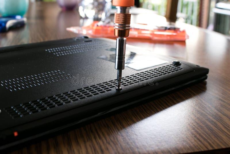Καθορισμός του lap-top με ένα κατσαβίδι στοκ φωτογραφίες με δικαίωμα ελεύθερης χρήσης