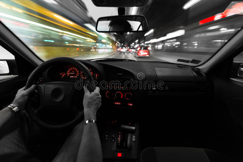 Καθοδηγεί ένα αυτοκίνητο στοκ εικόνες με δικαίωμα ελεύθερης χρήσης