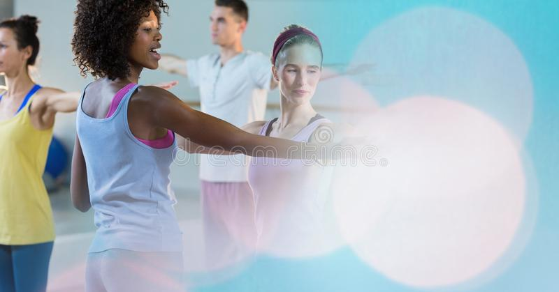 Καθοδηγώντας γυναίκα εκπαιδευτικών στην άσκηση στη γυμναστική στοκ φωτογραφίες με δικαίωμα ελεύθερης χρήσης