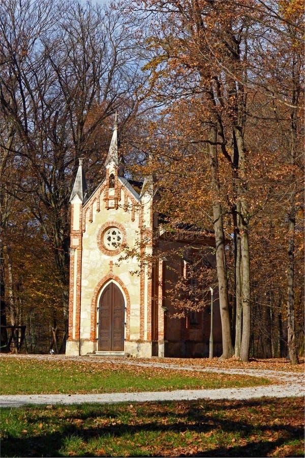 Καθολικό παρεκκλησι στο δάσος στοκ φωτογραφία με δικαίωμα ελεύθερης χρήσης