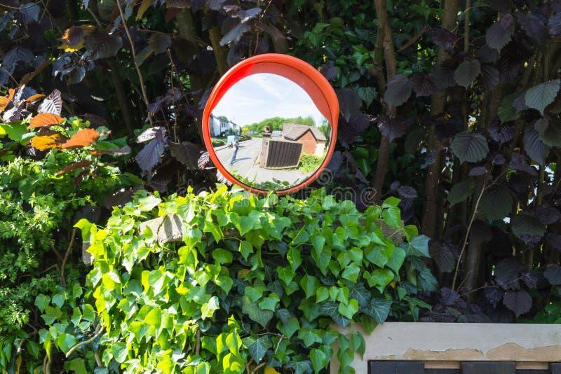Καθρέφτες επιτήρησης ή καθρέφτης κυκλοφορίας σε μια σύνδεση στοκ φωτογραφίες με δικαίωμα ελεύθερης χρήσης