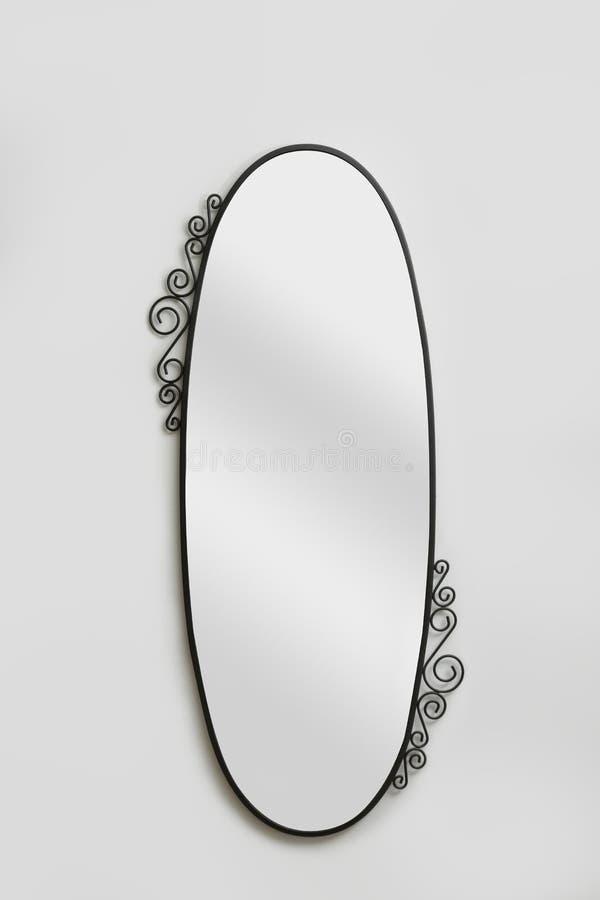 Καθρέφτης τοίχων που απομονώνεται στο γκρίζο υπόβαθρο στοκ φωτογραφία με δικαίωμα ελεύθερης χρήσης
