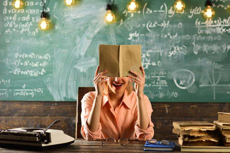 Καινοτομία στο αναδρομικό σχολείο για την ανάπτυξη εκπαίδευσης έννοια καινοτομίας και νέας τεχνολογίας σύγχρονη σχολική καινοτομί στοκ εικόνα